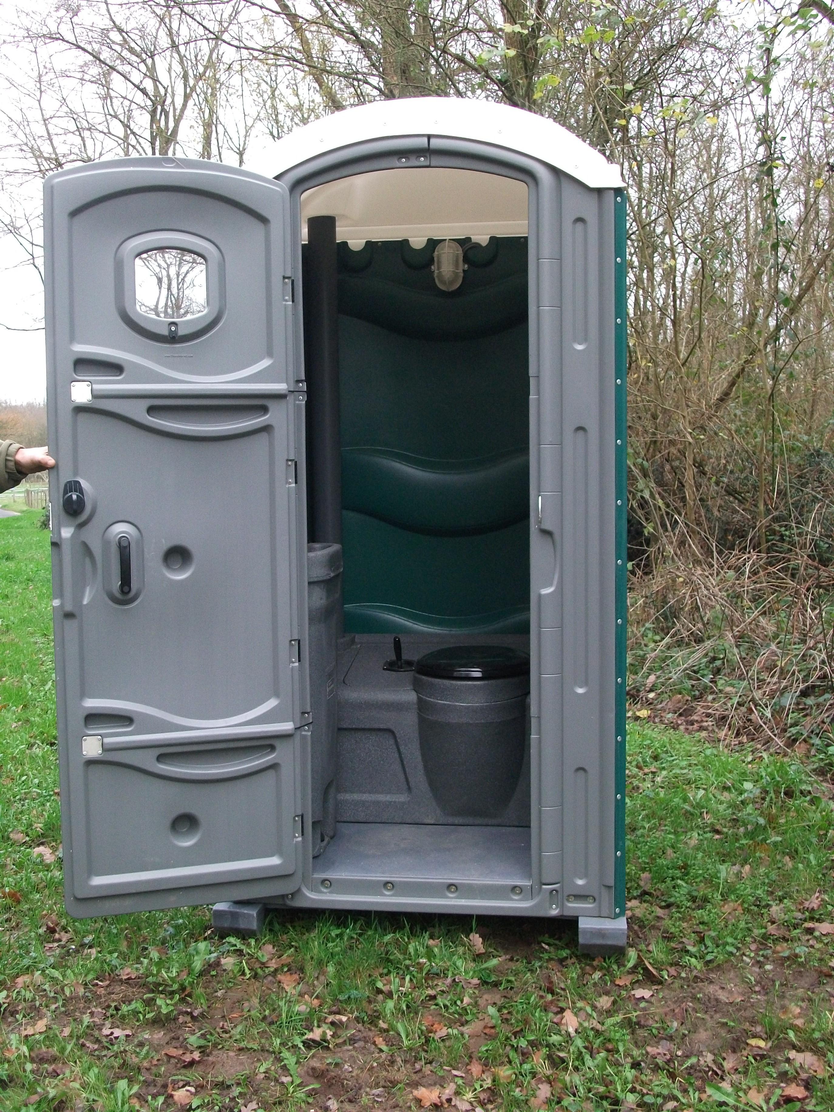Cabine de toilettes chimiques GLF ouverte, disposées en extérieur pour vos évènements