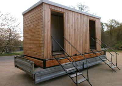 Autre vue extérieure d'un bungalow de la gamme Prestige de GLF, votre fournisseur de toilettes mobiles à louer pour vos évènements